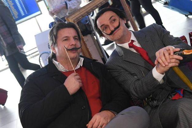 I baffi di Dalì 'contagiano' i passeggeri del Marconi (Foto Schicchi)
