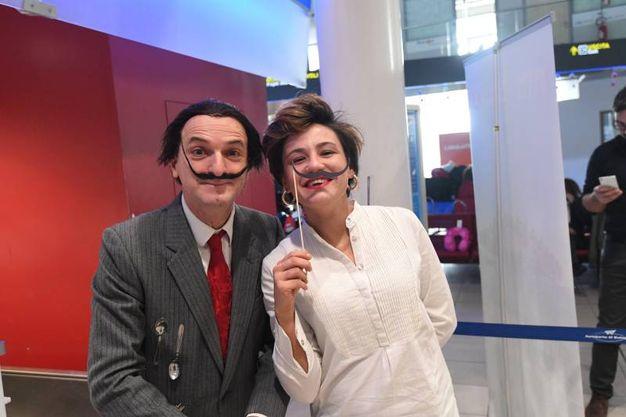 Foto ricordo coi baffi di Dalì all'aeroporto Marconi  (Foto Schicchi)