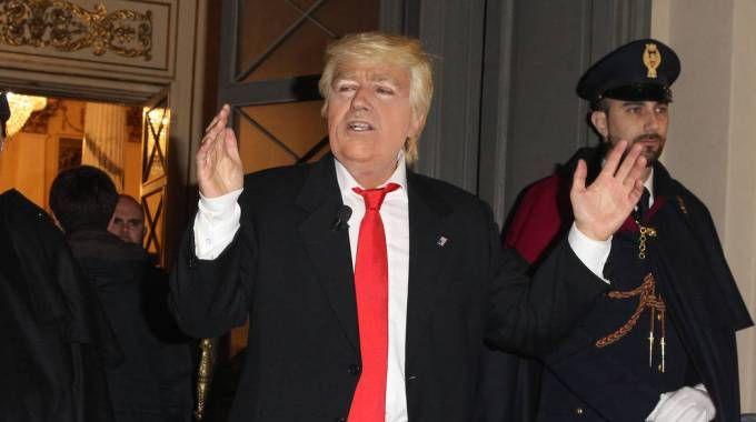 Uno strano Donald Trump all'ingresso della Scala