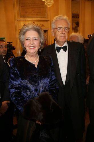 Mario Monti insieme alla moglie (Olycom)