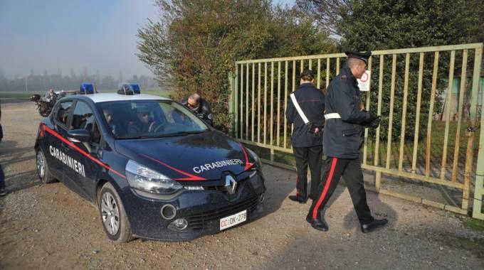 I carabinieri davanti alla cava dove è stato ritrovato il cadavere della donna