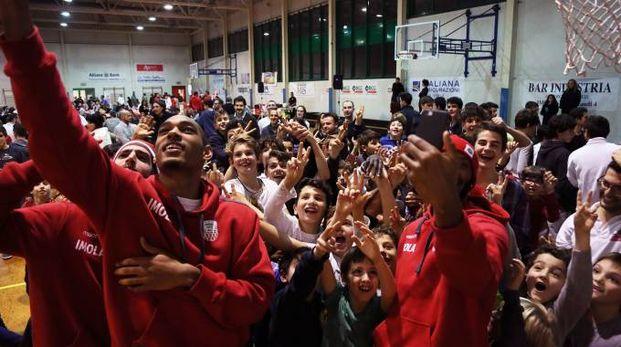 Basket, l'Andrea Costa festeggia Natale con i ragazzi delle giovanili (Foto Isolapress)