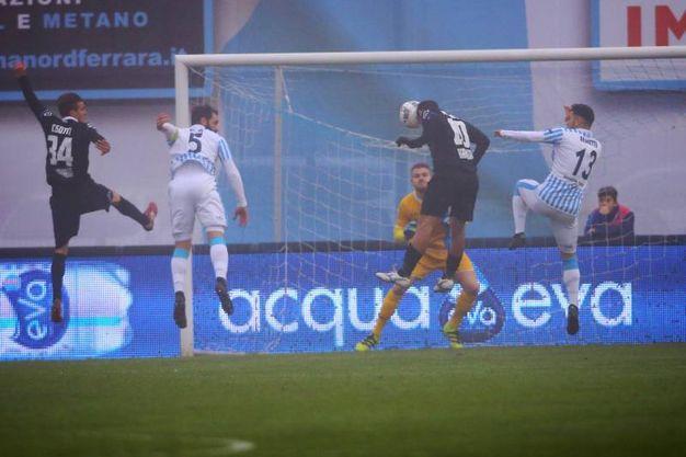Il gol di testa dello Spezia, la Spal poi ha rimontato (LaPresse)