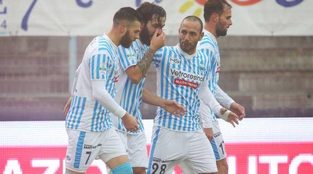 I giocatori della Spal festeggiano il gol del pareggio poi vinceranno 2-1 (foto LaPresse)