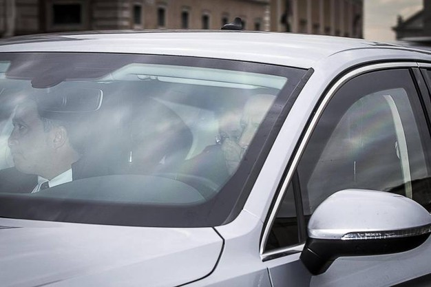 Paolo Gentiloni arriva in auto al Quirinale (Ansa)