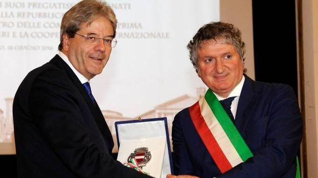 Il sindaco di Tolentino, Pezzanesi, consegna a Gentiloni le chiavi della città