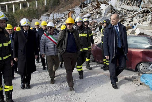 Un momento della visita del presidente Mattarella a Pescara del Tronto (Ansa)