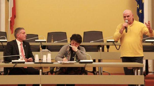 Graziano Castiglia al microfono sotto lo sguardo del sindaco Lucchi