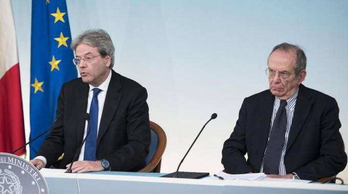 Paolo Gentiloni e Pier Carlo Padoan (Ansa)