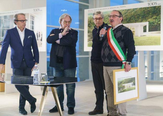"""L'imprenditore Della Valle: """"Consegniamo questi rendering della nostra nuova fabbrica di Arquata del Tronto al sindaco Aleandro Petrucci con l'impegno di consegnargli lo stabilimento, chiavi in mano, entro un anno"""" (Foto Zeppilli)"""
