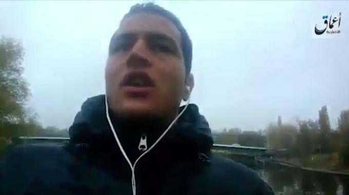 Un frame del video in cui Anis Amri giura fedeltà all'Isis