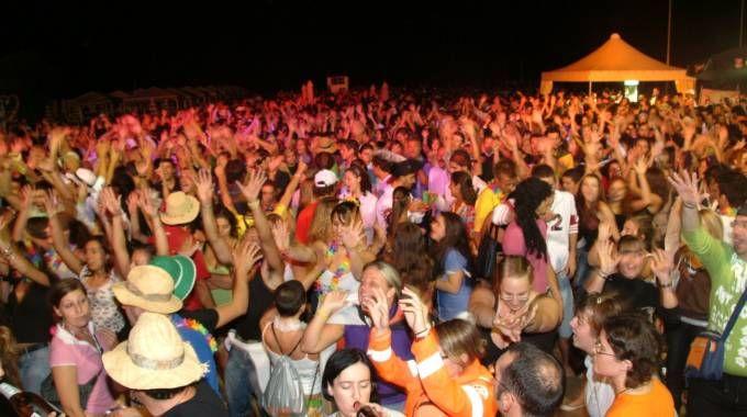Una festa in spiaggia in un'immagine di repertorio