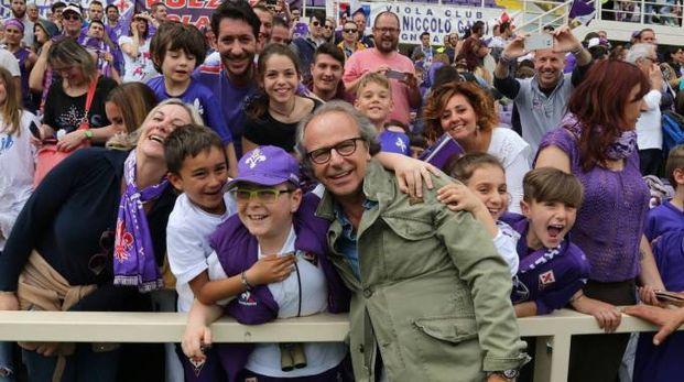 Il presidente viola, Andrea della Valle, circondato dai tifosi