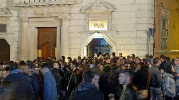 Il Plaza e una folla di ragazzi davanti al locale di piazza del Papa