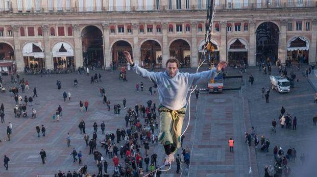 Un funambolo su piazza Maggiore