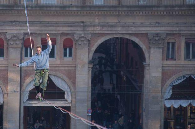 Uno spettacolo davvero insolito per chi si è trovato in piazza Maggiore (Schicchi)
