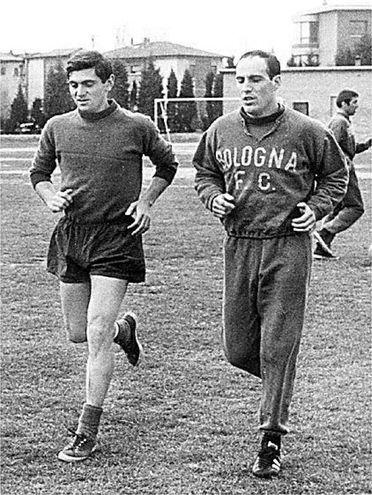 Pascutti mentre si allena con Giacomo Bulgarelli