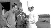 Mondiali del '66: Ezio pascutti e il medico della Nazionale Fini con il cuoco degli azzurri nel ritiro di Durham