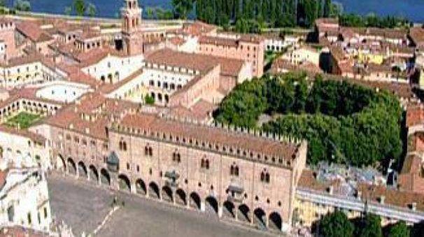 Il lago che circonda Mantova