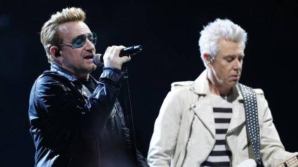 Gli U2 in concerto a Parigi (foto Afp)