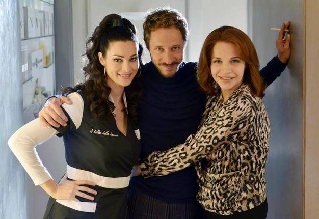 Da sinistra Manuela Arcuri, Massimo Bellinzoni e Anna Galiena in una foto di scena (Ansa)