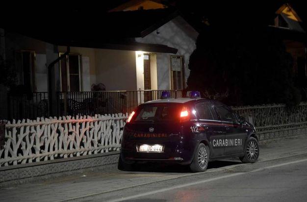 I carabinieri davanti alla villetta del duplice omicidio a Pontelangorino (foto Businesspress)