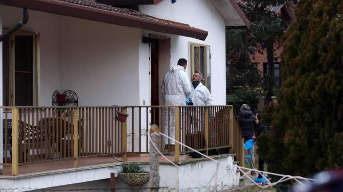 I rilievi nella casa dove sono stati trovati morti i coniugi Vincelli (LaPresse)