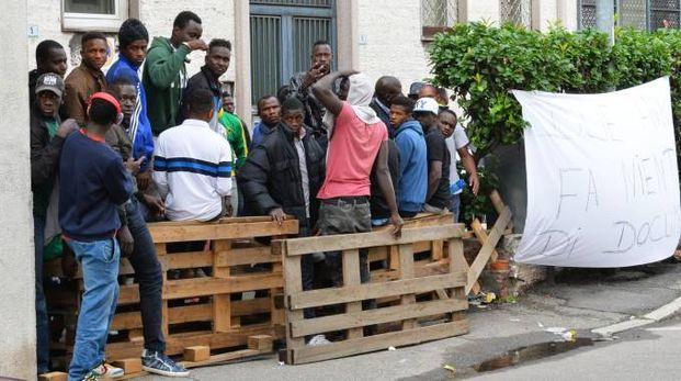 La manifestazione dei profughi ospitati a Busto Arsizio