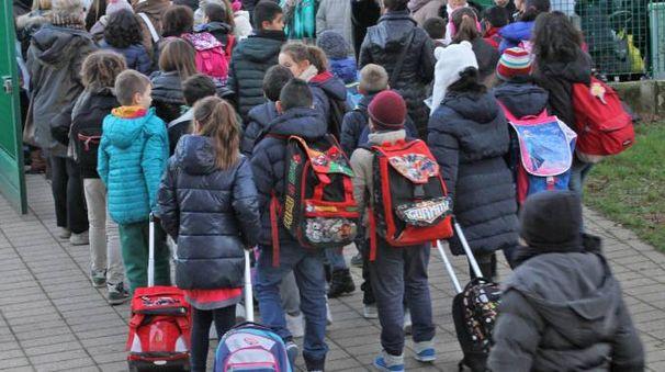 Alcuni bambini all'uscita da scuola (Mdf)