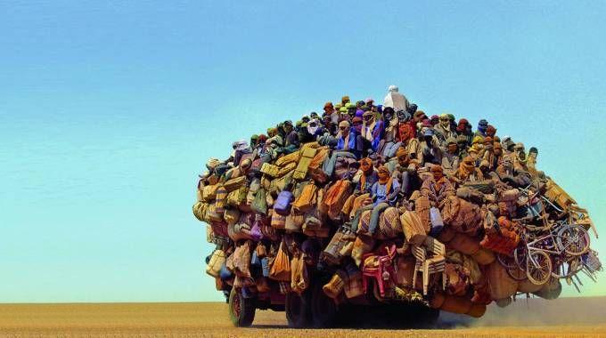 Migranti in viaggio nel deserto