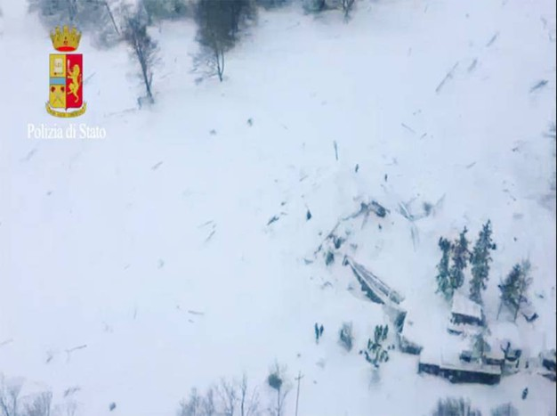 L'hotel Rigopiano visto dall'alto, sommerso dalla neve (polizia di Stato)
