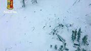 L'hotel completamente sommerso dalla neve (polizia di Stato)