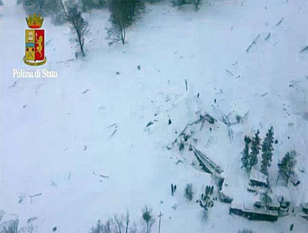 L'hotel di Farindola, in parte crollato, in parte sommerso dalla neve (polizia di Stato)