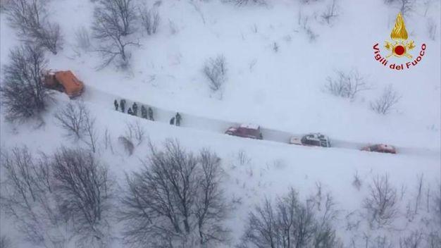 Il tunnel nella neve attraverso cui stanno passando i soccorsi