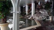 L'interno dell'hotel Rigopiano, in parte distrutto e in parte sommerso dalla neve (Ansa)