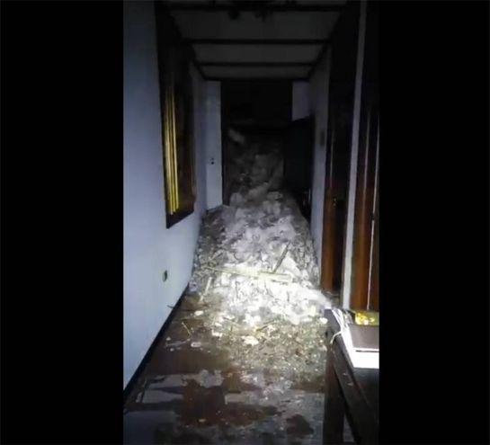 Una valanga di macerie ha sommerso il corridoio dell'hotel Rigopiano (Ansa)