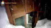 Una finestra dell'hotel Rigopiano bloccata dalla neve