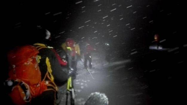 I soccorritori in mezzo alla neve (Ansa)