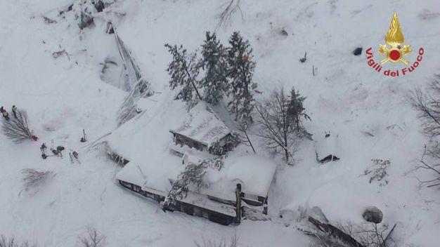 L'hotel Rigopiano sommerso dalla neve