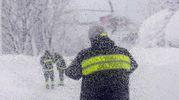 I vigili del fuoco impegnati nei soccorsi (Ansa)