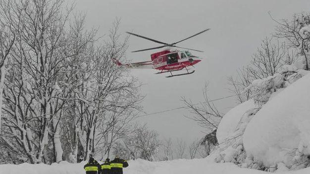 L'elicottero dei vigili del fuoco (Ansa)