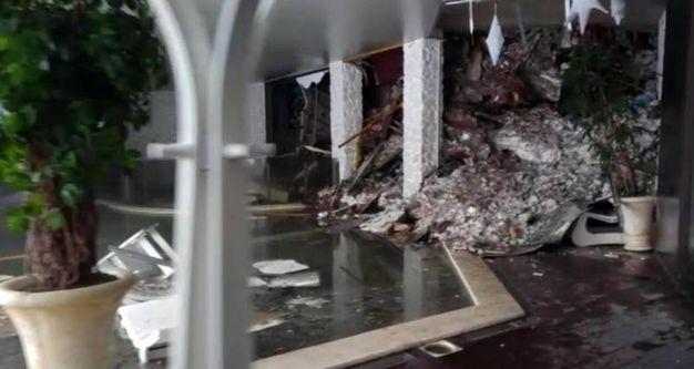 La slavina di neve travolge l'hotel Rigopiano (Ansa)