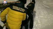 Uomini dei soccorsi si fanno strada nella neve all'hotel Rigopiano (Afp)