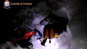 I soccorritori scavano nella neve