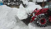I mezzi dei vigili del fuoco si fanno strada nella neve (LaPresse)