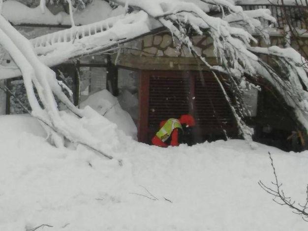 L'hotel travolto dalla neve (Ansa)