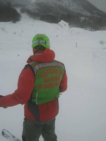 I soccorritori fuori dall'hotel Rigopiano (Ansa)