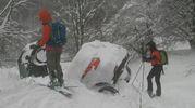 Le auto degli ospiti dell'albergo travolte dalla neve (Ansa)