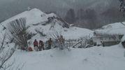 L'hotel, in parte crollato e in parte sommerso dalla neve (Ansa)
