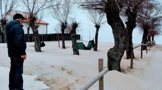 La spiaggia privata di Ponte Sasso collegata all'ex colonia Mater Purissima